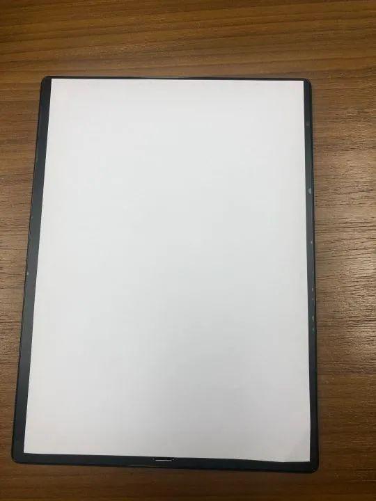 Boox Max Lump 電子書閱讀器 顯示範圍幾乎佔滿一張 A4 紙